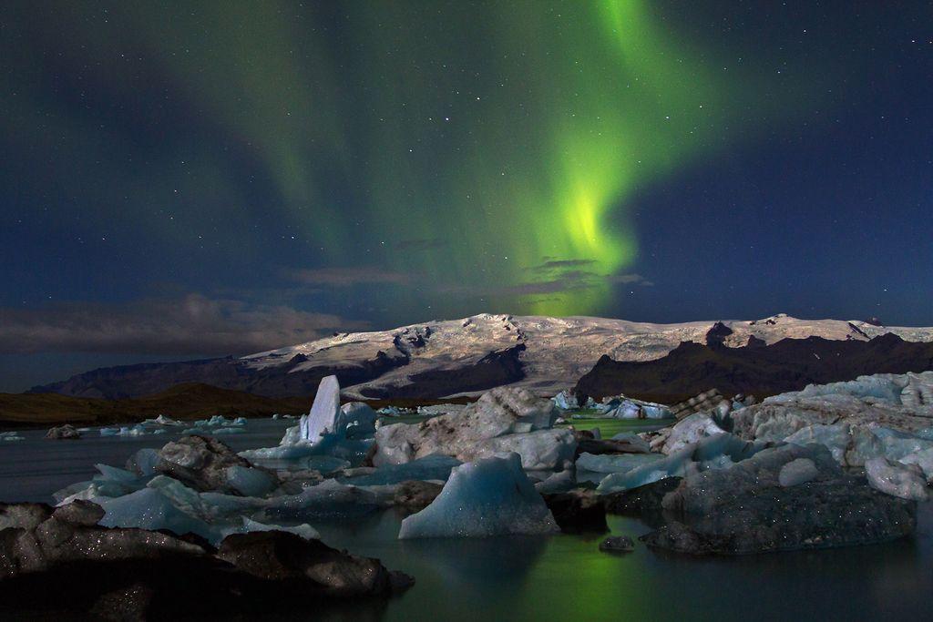 """Foto mit Nordlichtern über der Jökulsarlon von der Live Multivision Island """"Naturwunder am Polarkreis"""" von Sandra Butscheike & Steffen Mender"""
