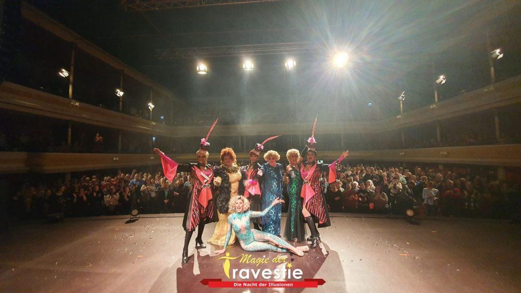 Foto Magie der Travestie, Darsteller auf der Bühne vor klatschendem Publikum