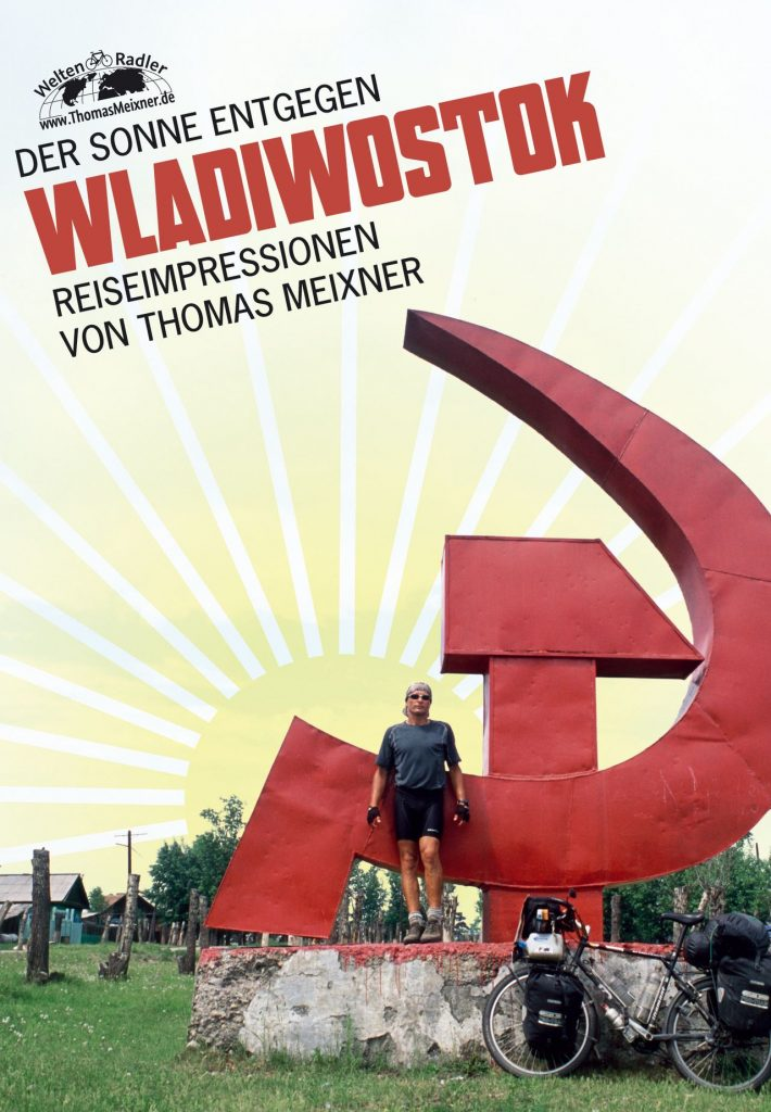 """Titelbild zu Diashow """"Der Sonne entgegen - Wladiwostok"""", Reiseimpressionen von Thomas Meixner. Zu sehen sind der Autor mit Fahrrad vor Hammer und Sichel in Russland."""