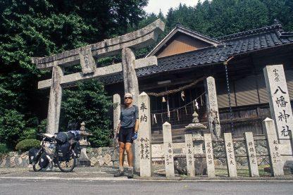 """Foto zu Diashow """"Der Sonne entgegen - Wladiwostok"""", Reiseimpressionen von Thomas Meixner. Zu sehen sind der Autor vor dem Shinto Schrein in Japan mit Fahrrad."""