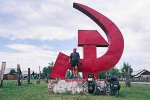 """Foto zu Diashow """"Der Sonne entgegen - Wladiwostok"""", Reiseimpressionen von Thomas Meixner. Zu sehen sind der Autor mit Fahrrad vor Hammer und Sichel in Russland."""